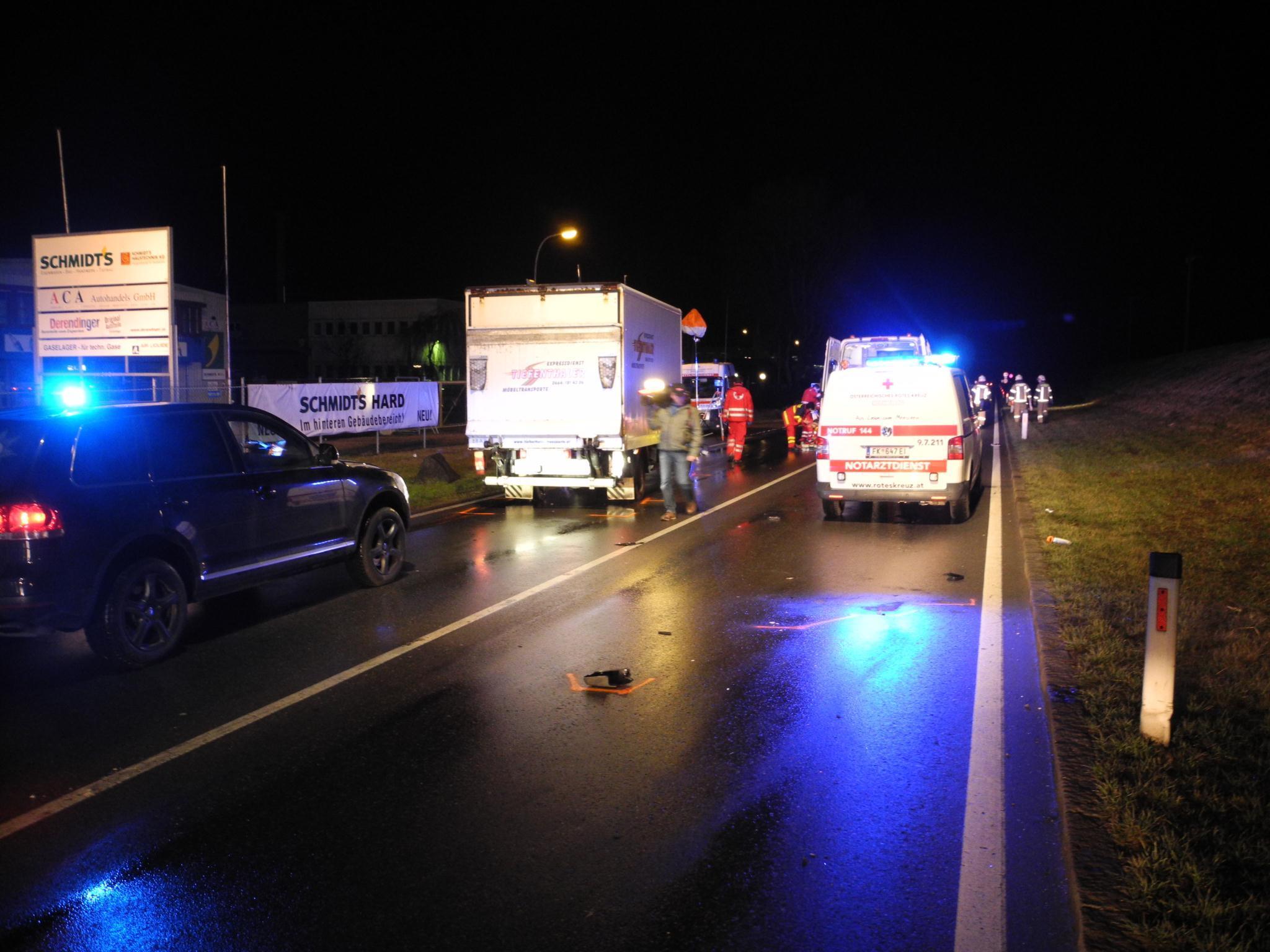 Der 23-Jährige wurde auf der Fahrbahn von einem Klein-Lkw erfasst.
