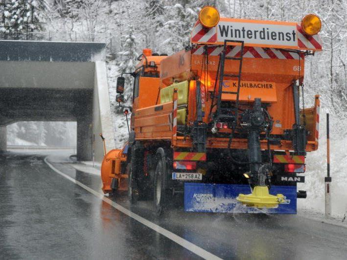 Bild zeigt ein Fahrzeug des Winterdienstes auf der S16 im Klostertal.