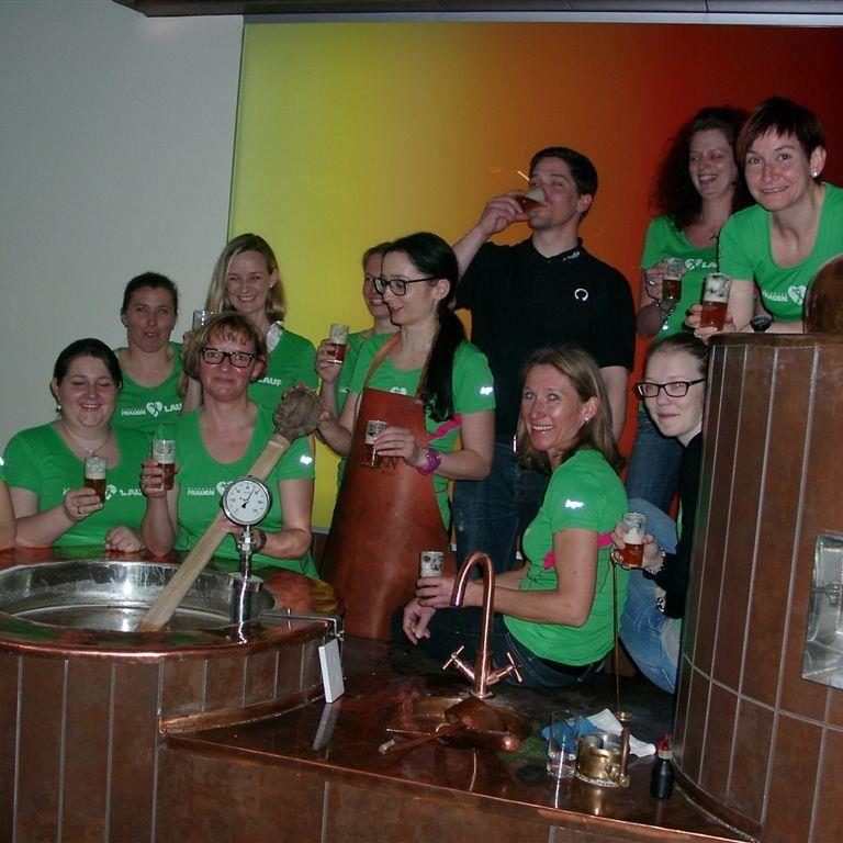 Elf Teilnehmerinnen vom Bodensee Frauenlauf haben in der Mohrenbrauerei 80 Liter Bier hergestellt.