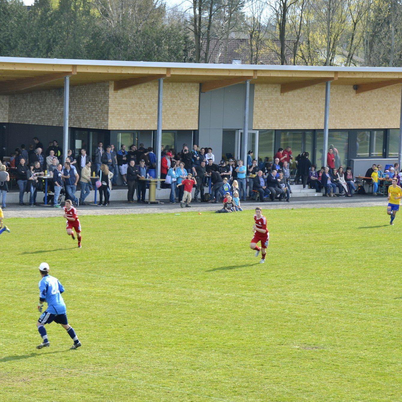 Erstes Spiel vor dem neuen Klubheim.