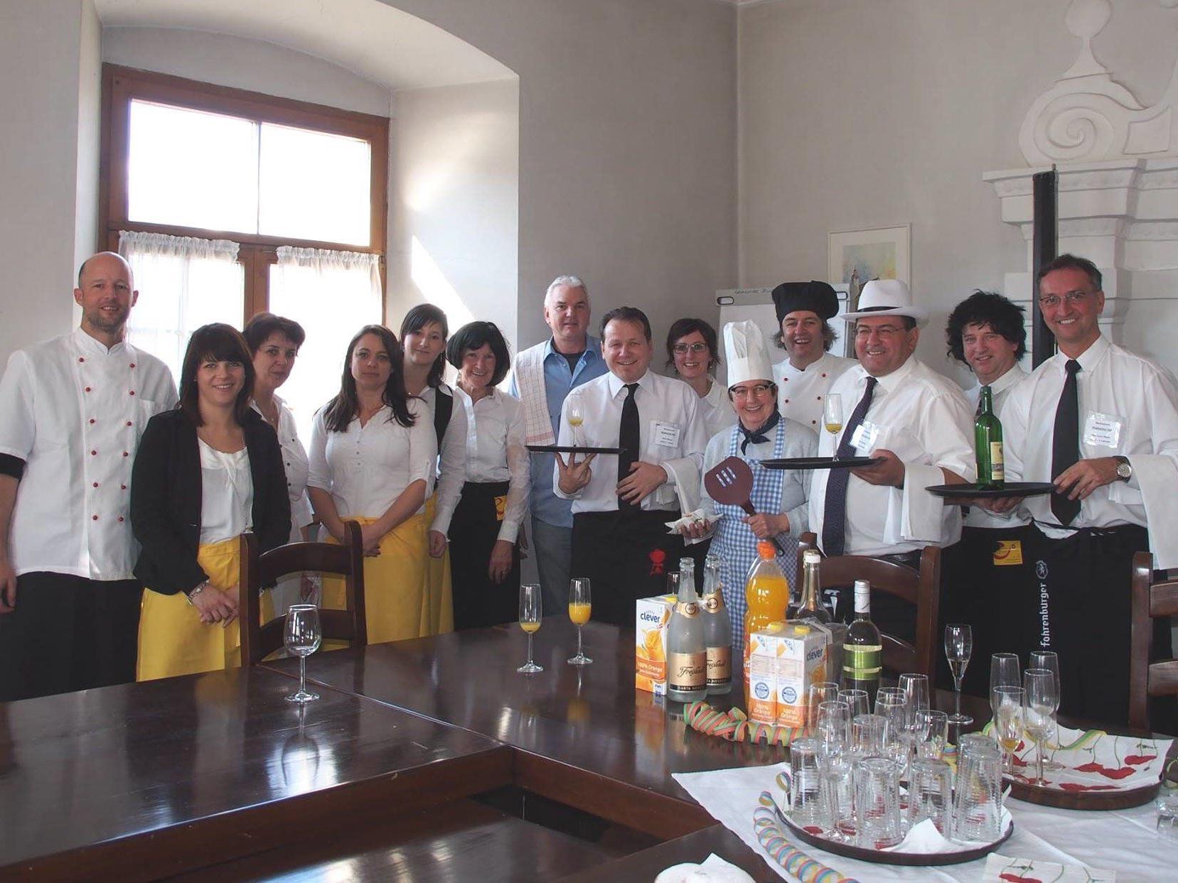 Belegschaft und Gäste des Bludescher Hofs