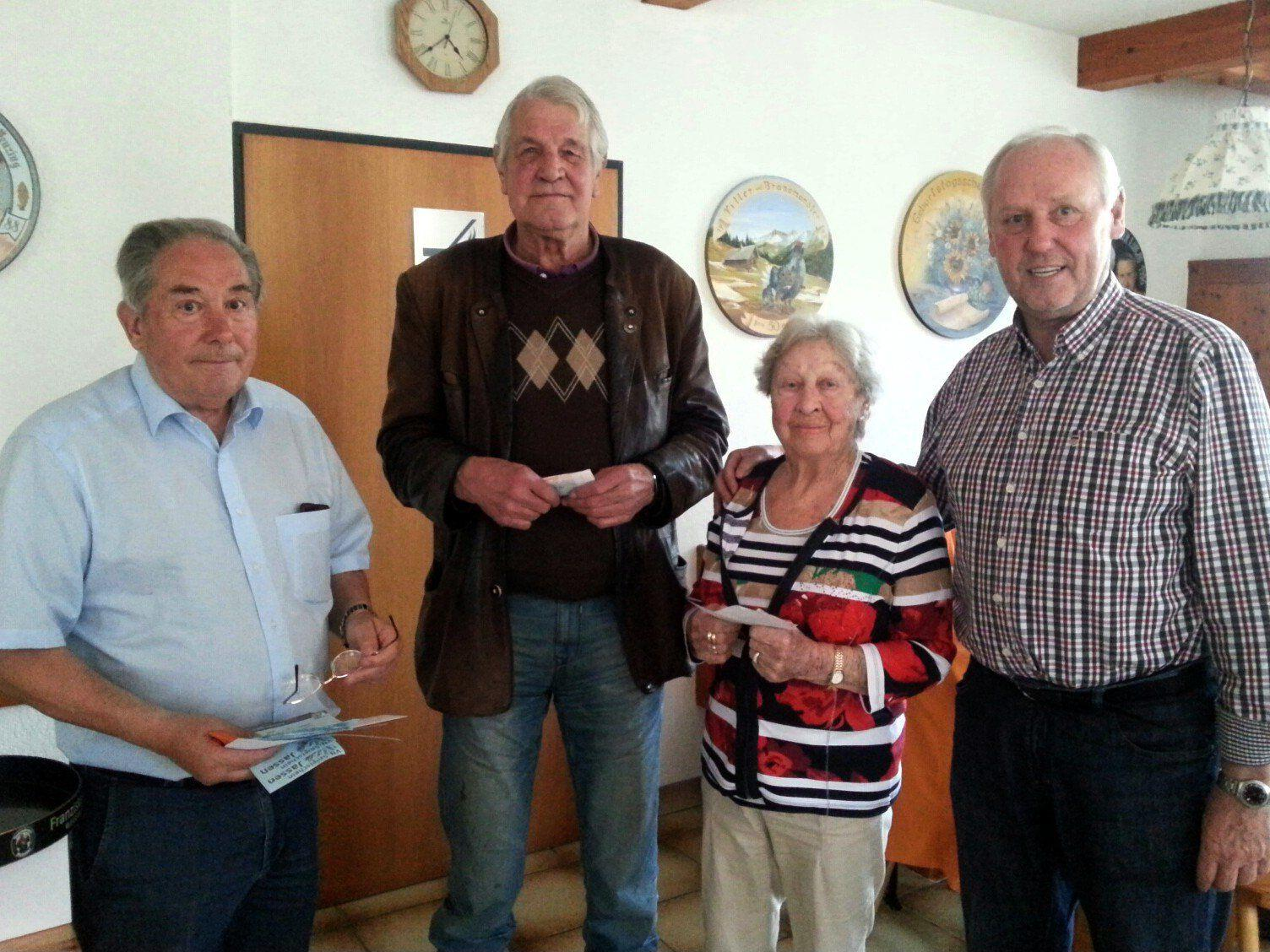 Gewinner des Preisjassen Michael Dremel (2.v.l.) und die Zweitplatzierte Herta Steinlechner (2.v.r.), mit Spielleiter Pepi Suitner (links) und Organisator Walter Gabriel