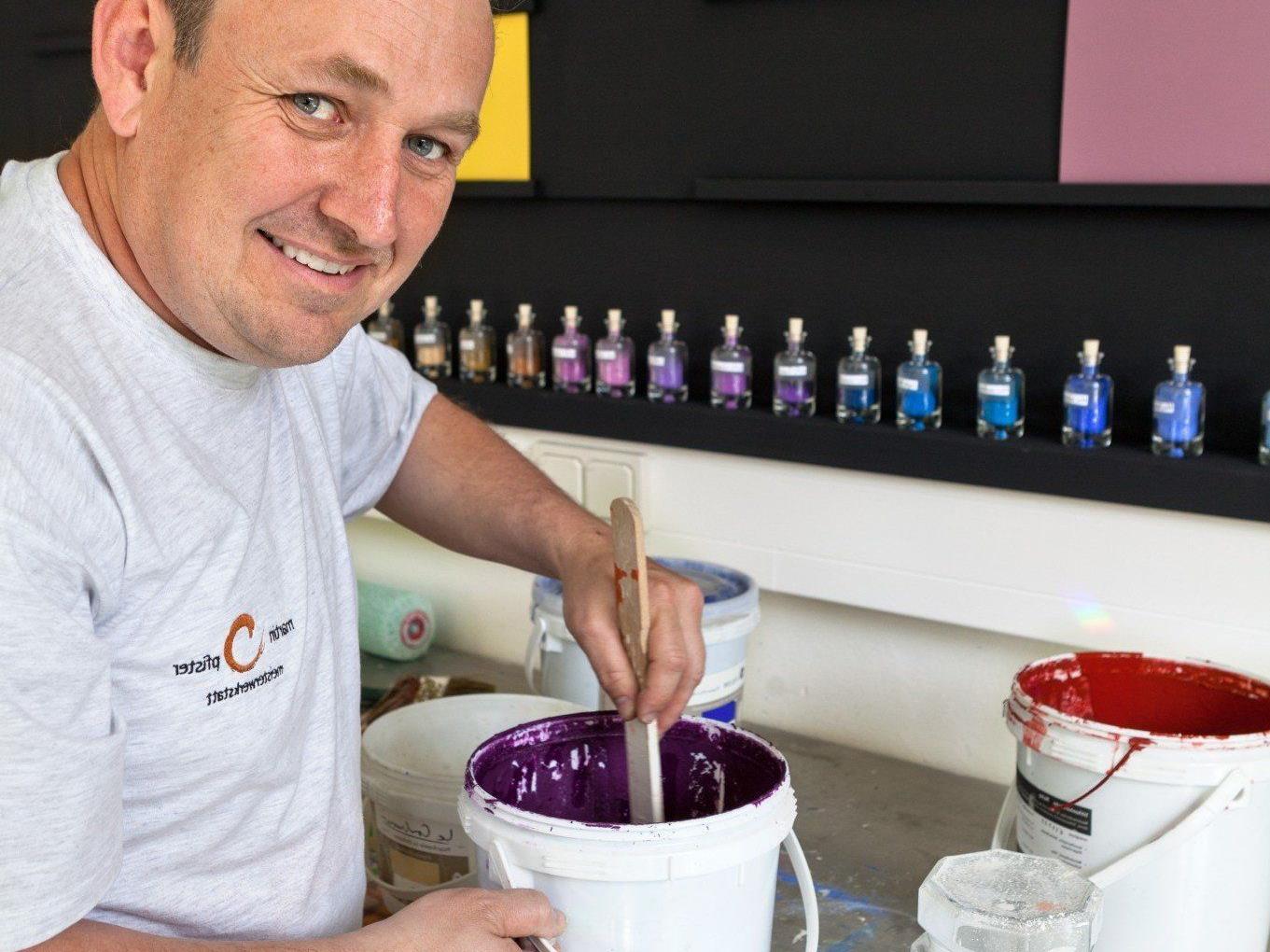 Malermeister Martin Pfister lädt am 12. April zum Infotag Naturfarben.