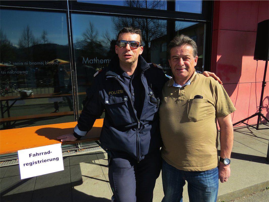 Gemeindepolizist Roland Martin mit Gründer des Radmarktes Kurt Bell