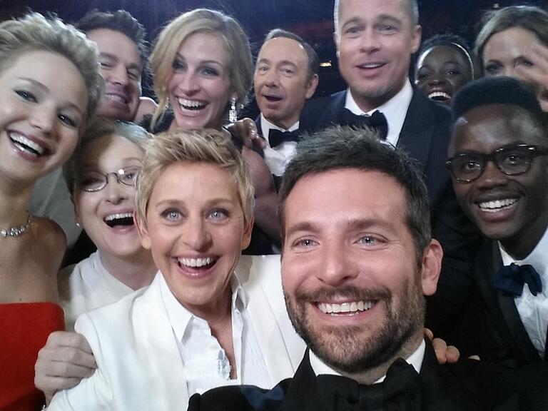 Die Stars posteten ordentlich Selfies von der Oscar-Nacht, auch ein paar Photobomber gibt es darunter.