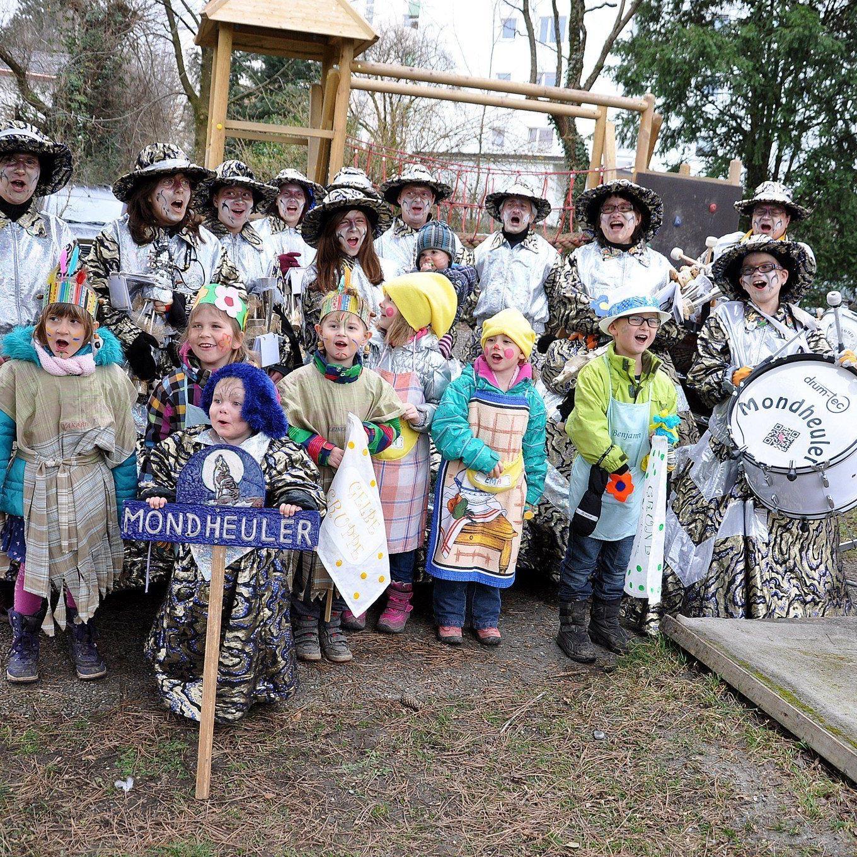 Die Schalmeinen Mondheuler spielten beim ersten Mittebrünnlar Fasnachtumzug auf.