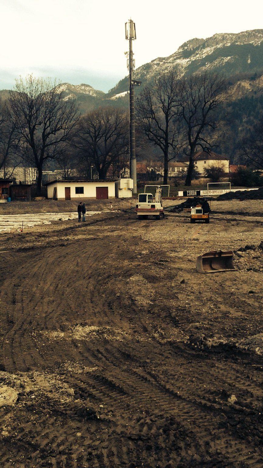 Die Fertigstellung des neuen Kunstrasenplatzes im Stadion Herrenried liegt im Zeitplan.