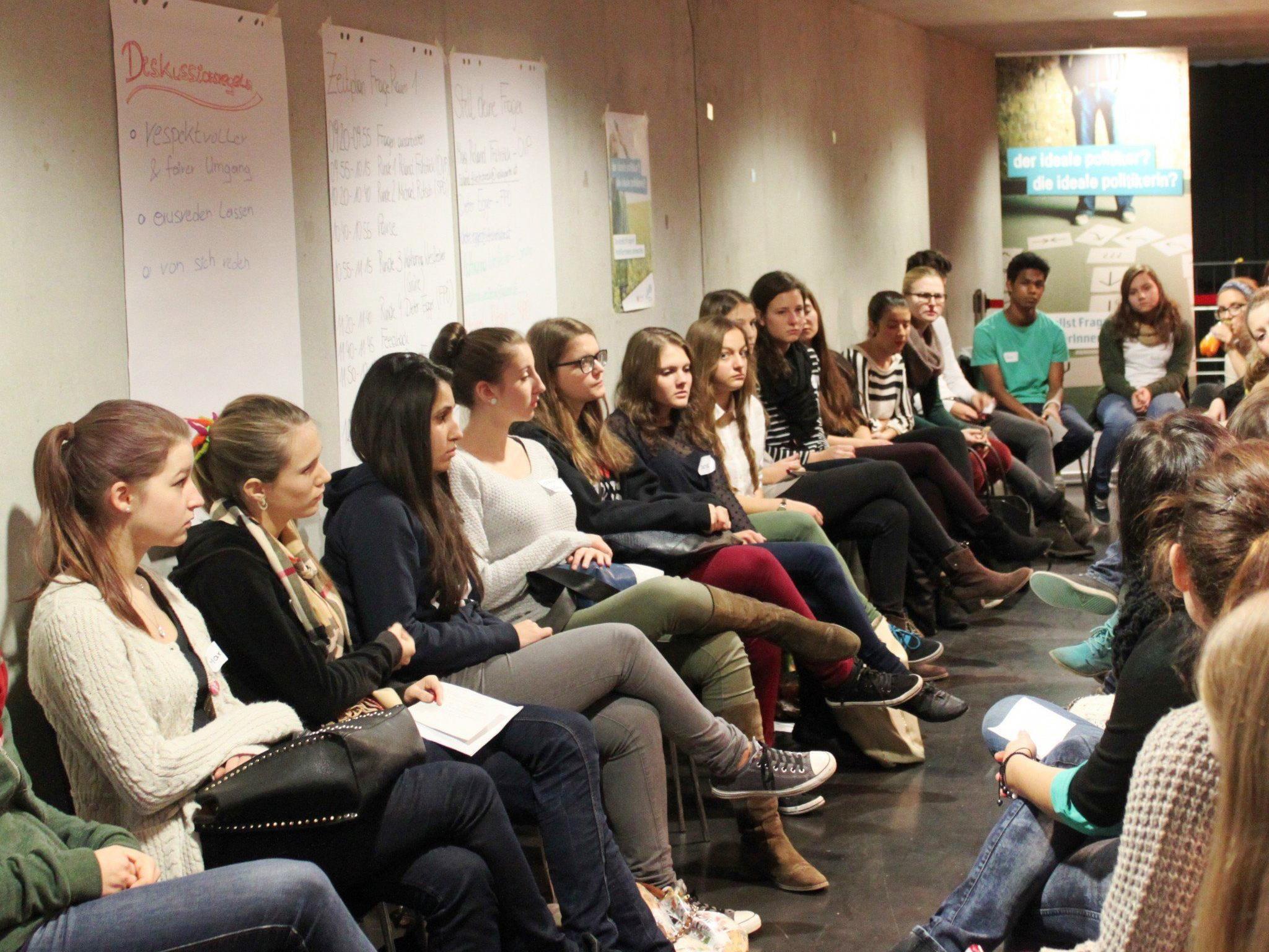 """Die Workshopreihe """"Jugend & Politik"""" richtet sich an Schulen und Einrichtungen in der Jugendarbeit."""