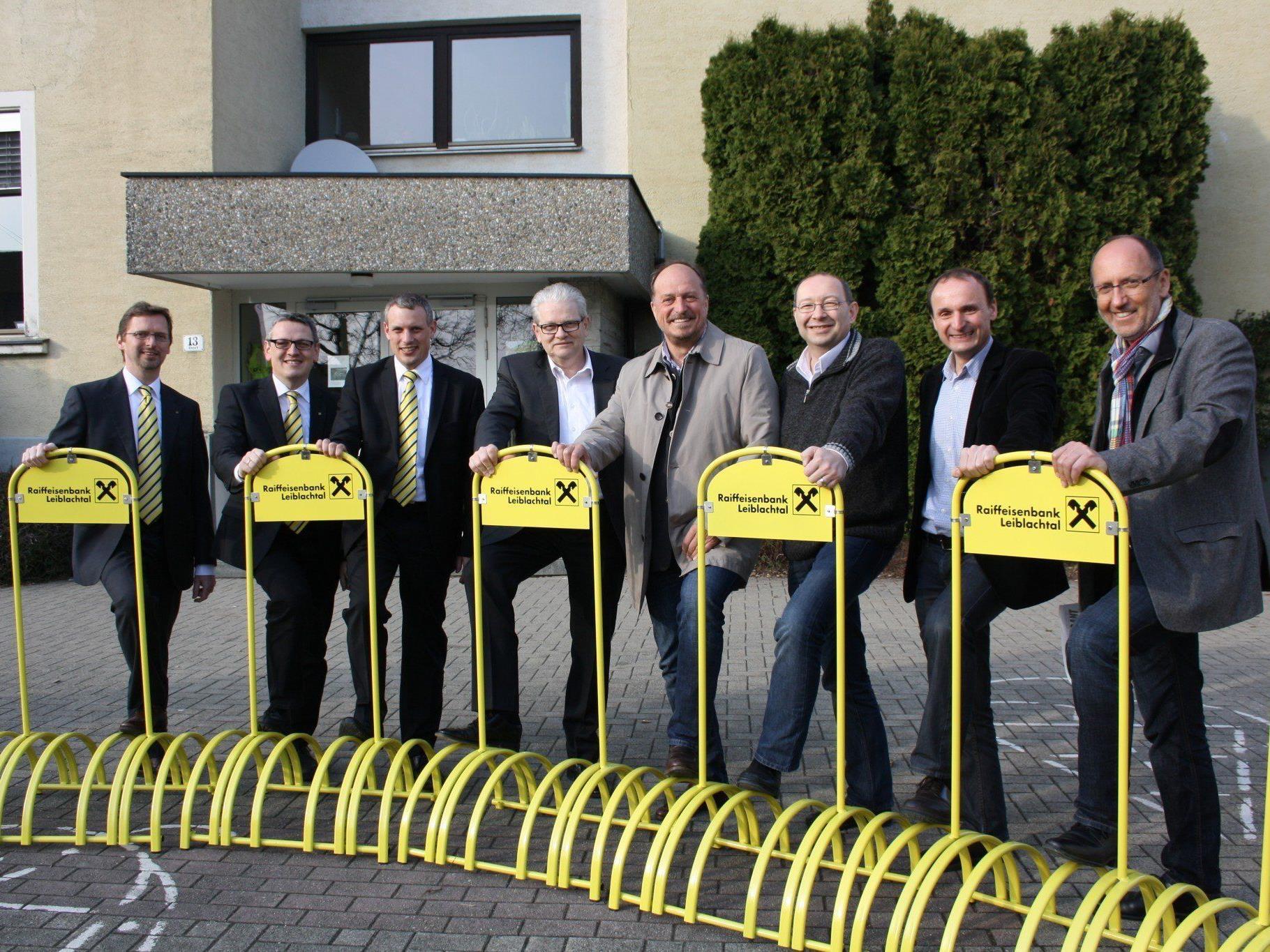 Die Bürgermeister der fünf Leiblachtalgemeinden konnten von der heimischen Raiffeisenbank 25 neue Fahrradständer für ihre Gemeinden entgegennehmen.