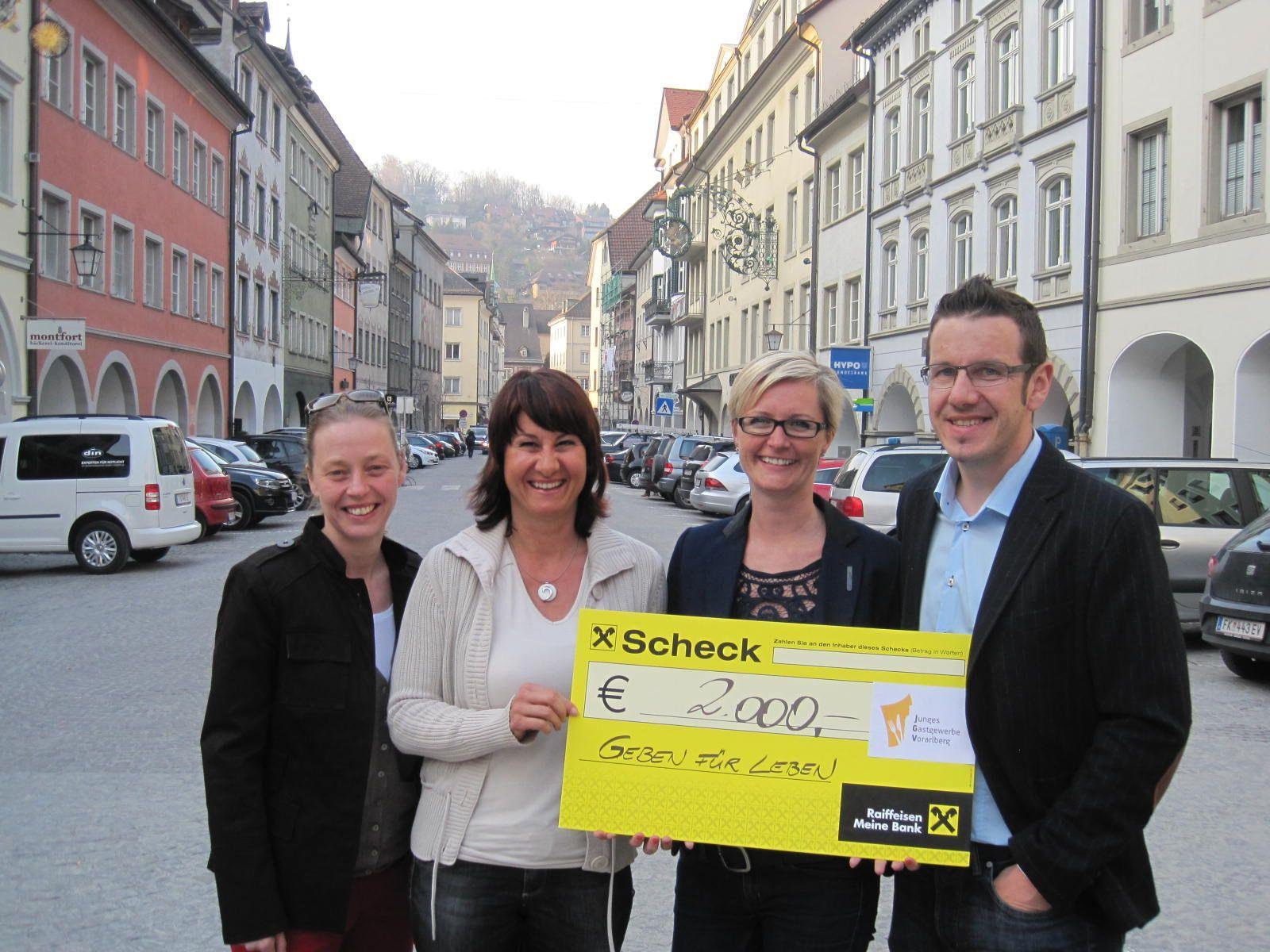 Das junge Gastgewerbe spendet dem Verein Geben für Leben die stolze Summe von 2000 Euro.