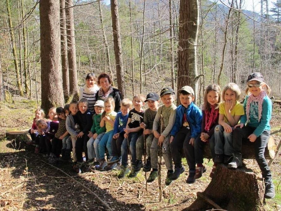 Die Gruppe Wassergeister spielten gerne mit dem Baumstamm.