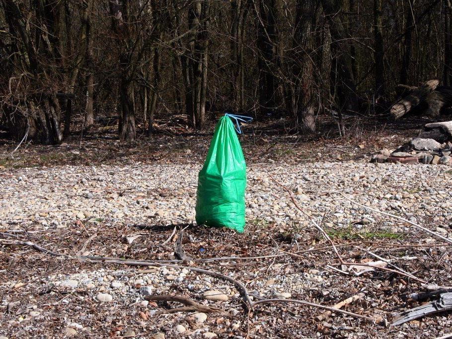 Müllsammlung am See