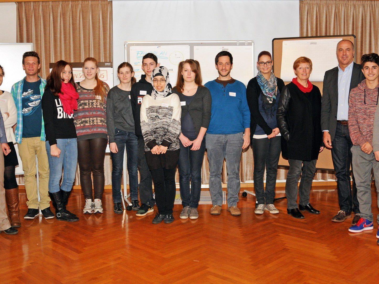 Die Mitglieder des Höchster Jugendrates mit Moderatorinnen und Politikerinnen/Politikern