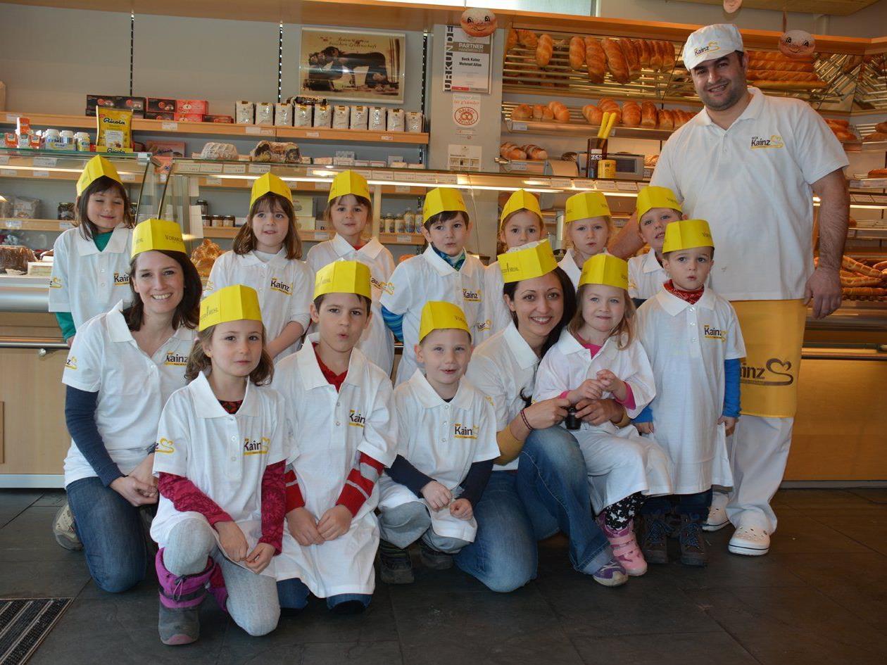 Die Alpla-Kids waren zu Gast bei Mehmet Altas in der Bäckerei Kainz.