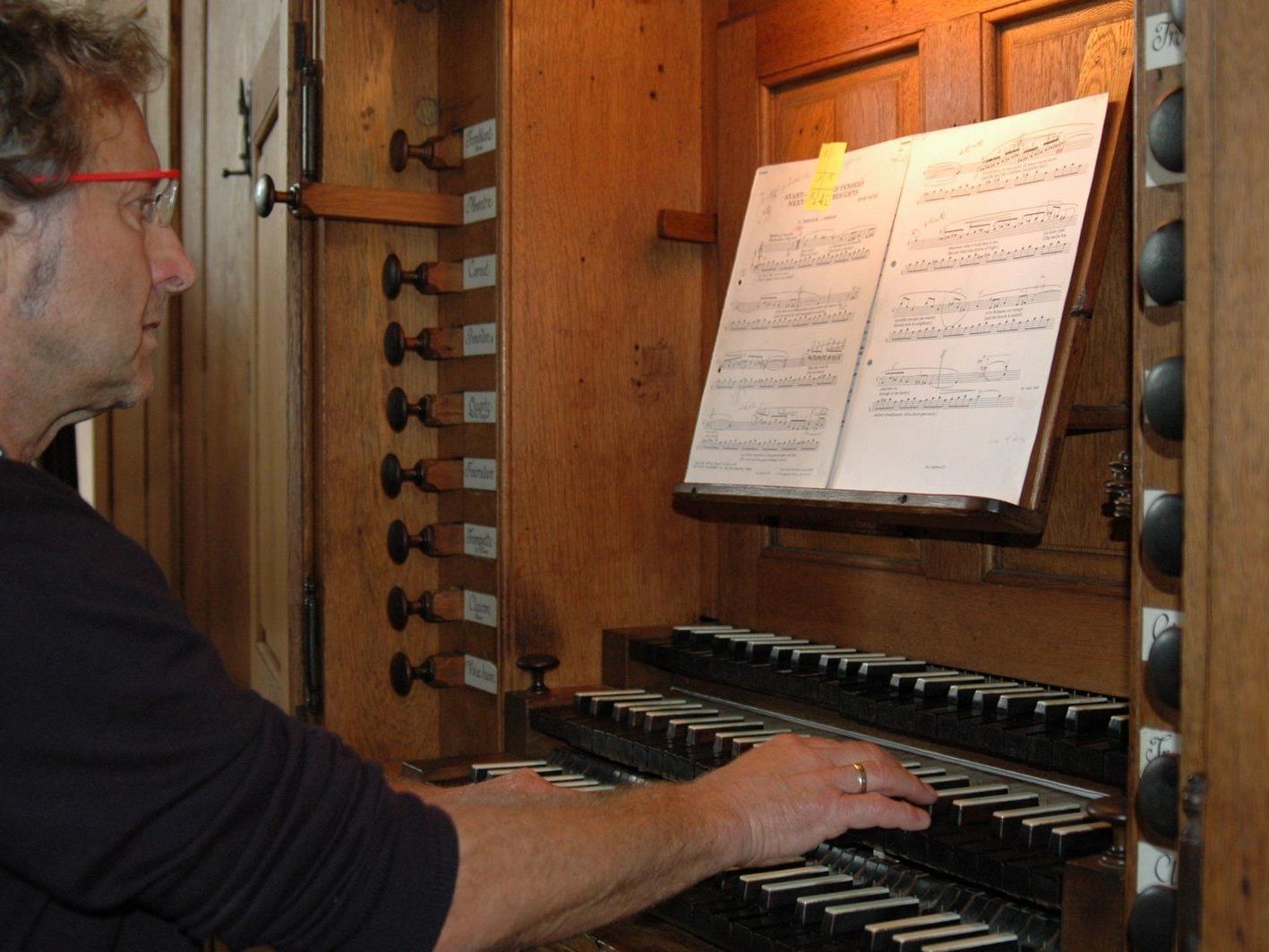 Arnold Meusburger als Organist in Bezau