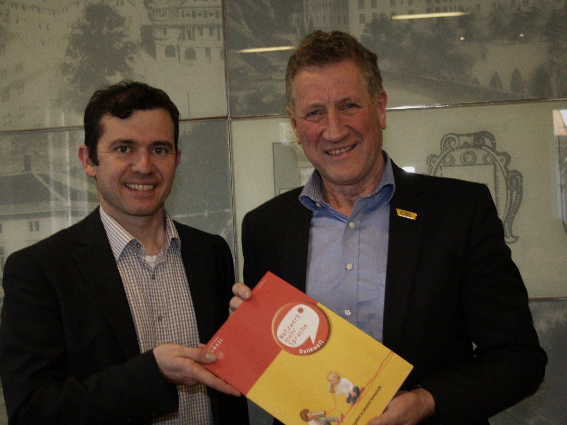Bürgermeister Martin Summer und  Landesrat Erich Schwärzler präsentieren die Sprachförderangebote in Rankweil.