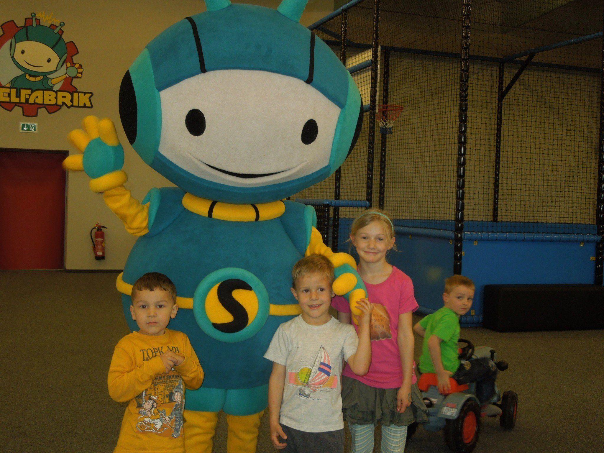 Spielfabrik-Maskottchen Sunny wurde von den Kindern gleich ins Herz geschlossen.