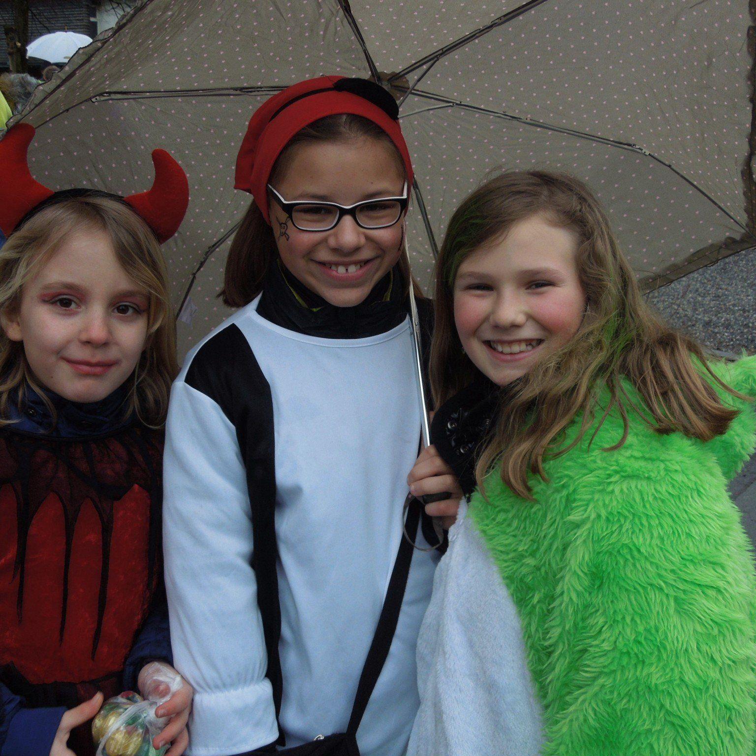 Michelle, Selina und Hannah gehörten zur langen Faschingskolonne, die am Faschingsdienstag das Hatlerdorf unsicher machten.