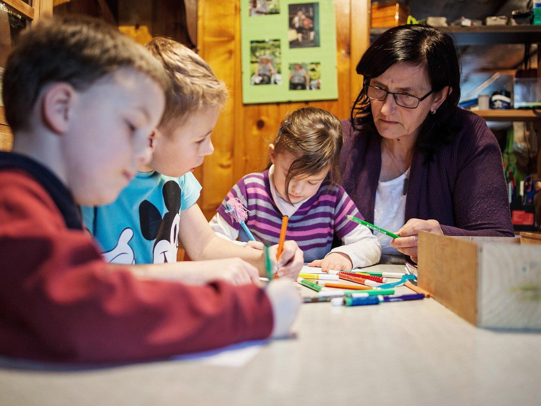 Viel Spaß beim Malen haben die Kinder bei ihrer Tagesmutter