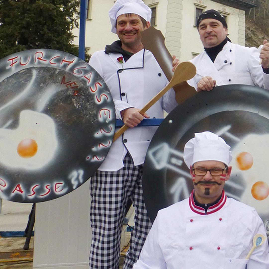 Die Embser Meisternarren waren am Rosenmontag als Köche, die den Brei verderben, unterwegs.