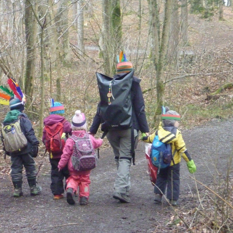 Indianer auf dem Weg in den Wald