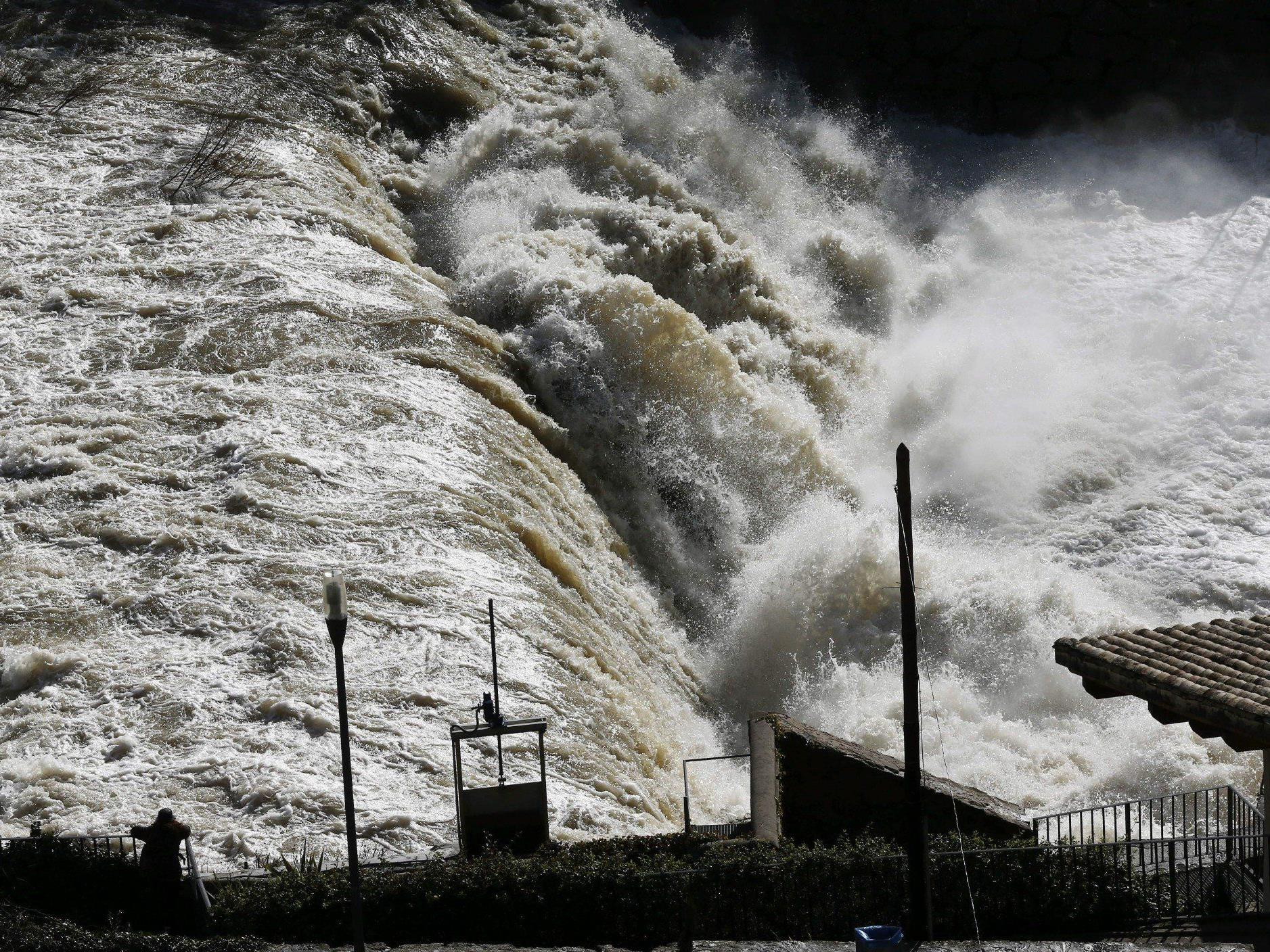 Zwölf Meter hohe Wellen an Atlantikküste.