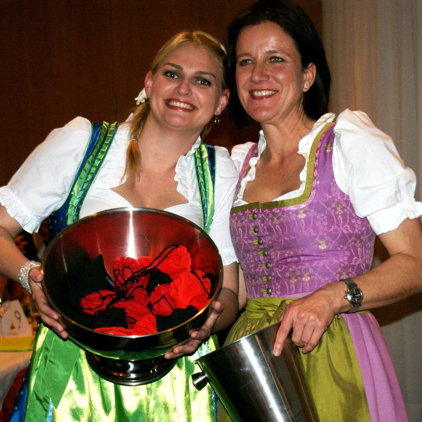 Manuela und Annettte im feschen Dirndl!