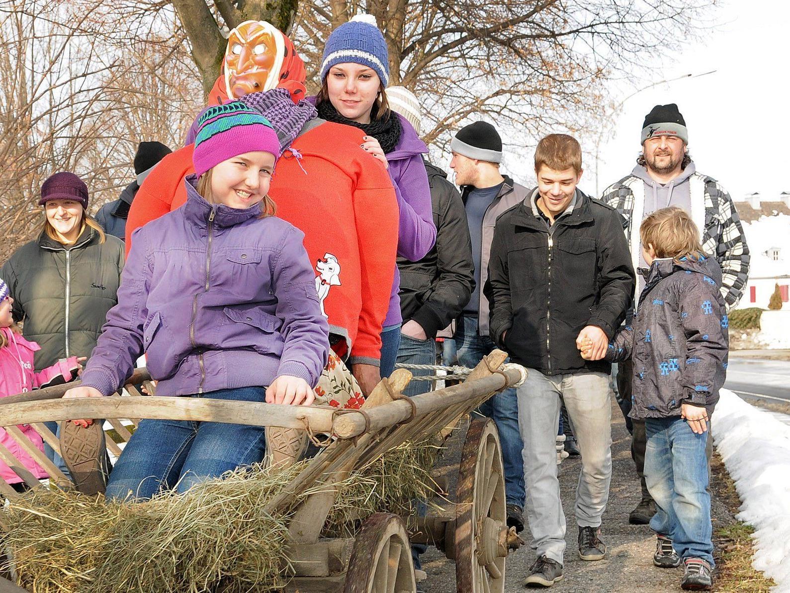 Am Funkensonntag um 10 Uhr führen die Kinder die Hexe zum Brugger Funken.