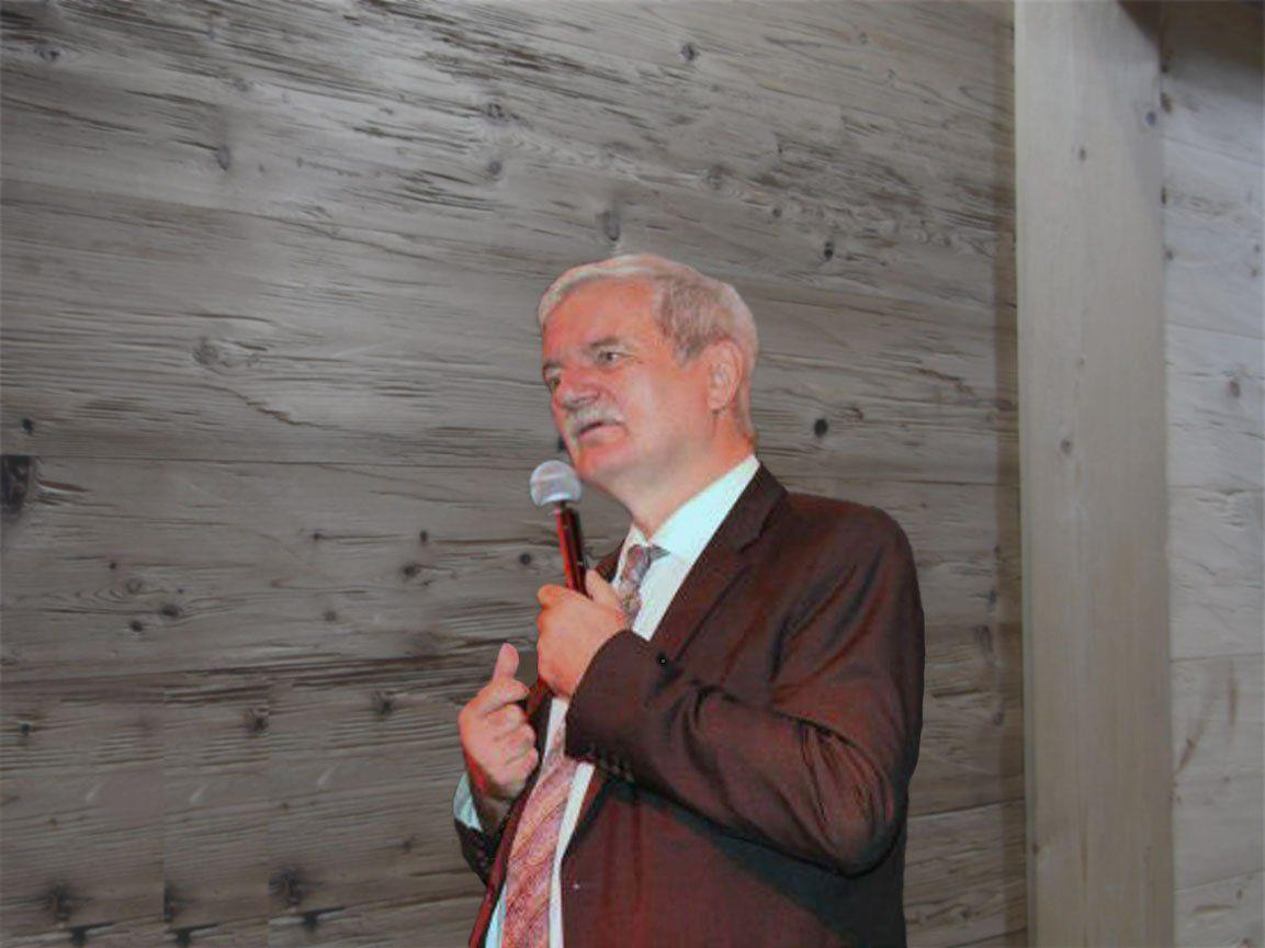 Dr. Udo Baer ist diplom. Pädagoge und kreativer Leibtherapeut