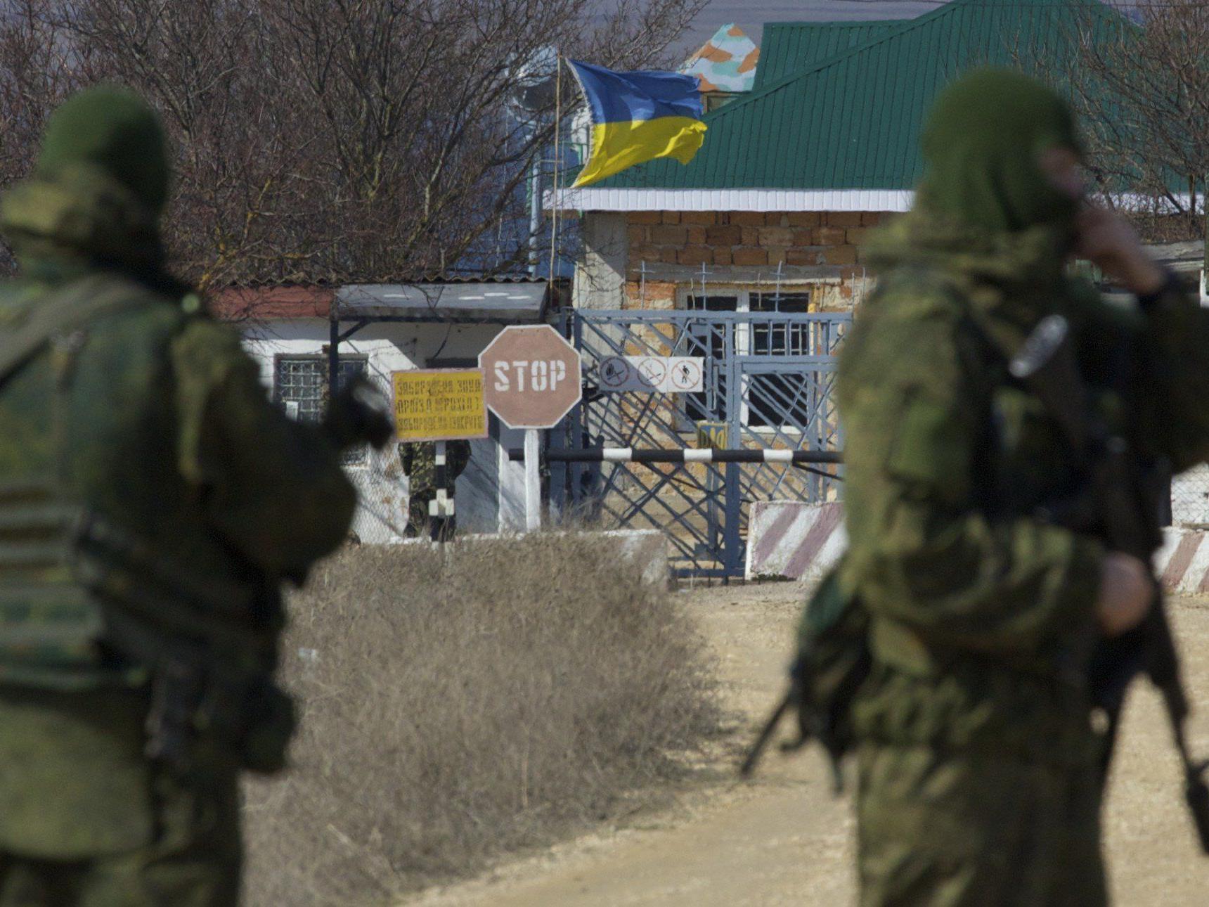Russische Soldaten blockieren eine ukrainische Marinebasis, während immer mehr russische Truppen auf die Krim verlegt werden.