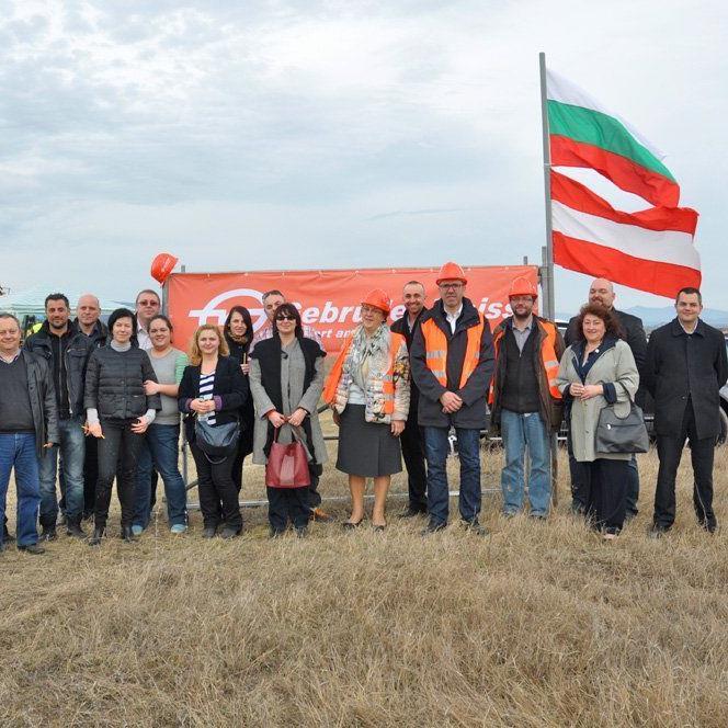 Marieta Grigorova und Thomas Moser (m.) beim Spatenstich des neuen Verteilzentrums von Gebrüder Weiss in Elin Pelin.
