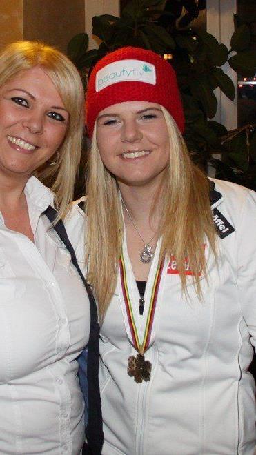Hannes Kager, Wolfgang Pfaff überbrachten Glückwünsche für WM-Medaillengewinnerin Kerstin Nicolussi.