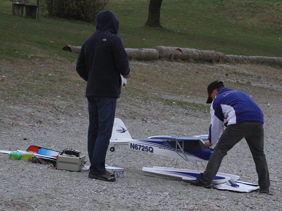 Die Kunst des Fliegens wird am Baggersee Paspels beim Traumwetter den Besuchern präsentiert.