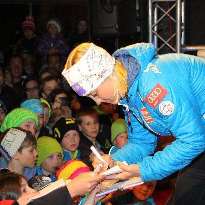 Die Autogramme von Geburtstagskind Michaela Kirchgasser waren bei den Kids sehr gefragt.