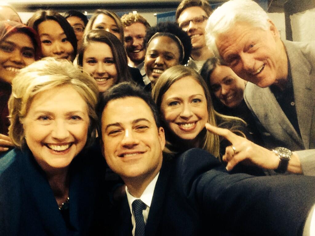 Ein Selfie mit drei Clintons kriegt auch nicht jeder.