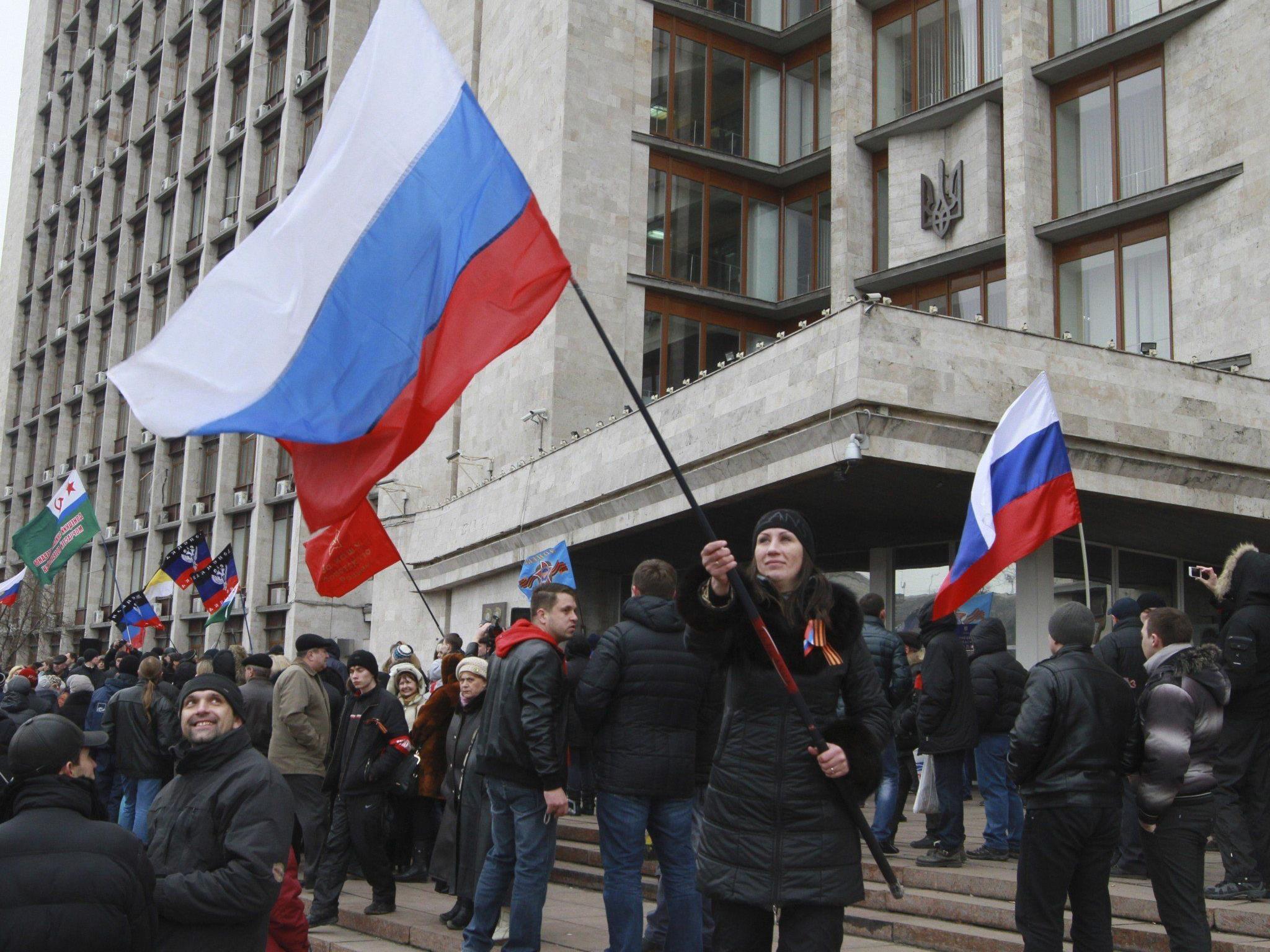 Es sind primär Bilder wie dieses von einer pro-russischen Demo in der östlichen Ukraine, die in Russland gezeigt werden.