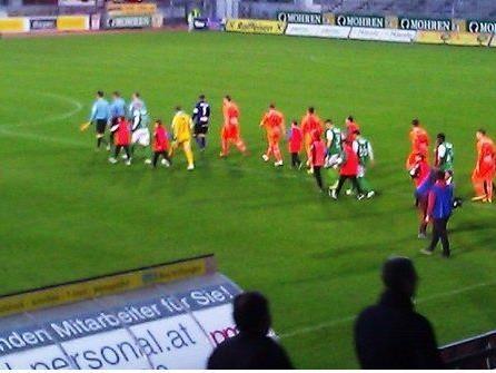 SC St. Gallenkirch läuft mit den Profis von Lustenau und Hartberg ins Stadion ein