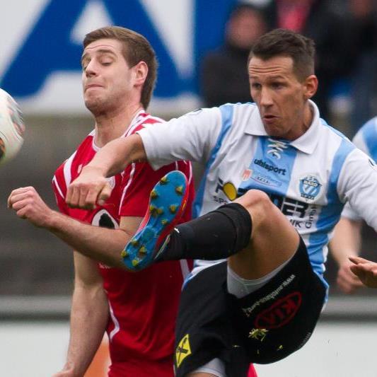 Hard-Kicker Marcel Riedeberger im Zweikampf mit Dornbirn-Spieler Kevin Banoglu.