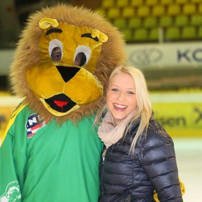FPÖ-Politikerin Nicole Hosp drehte zusammen mit dem Maskottchen Leo einige Runden auf dem Eis.