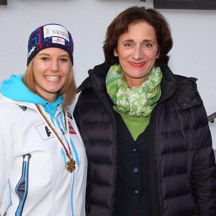 Sport-Landesrätin Bernadette Mennel gratulierte Weltmeisterin Lisl Kappaurer an Ort und Stelle.