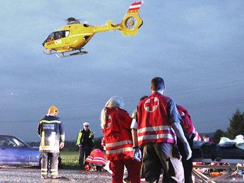 Der 79-jährige Lenker starb, Ehefrau mit Notarzthubschrauber ins Spital gebracht.