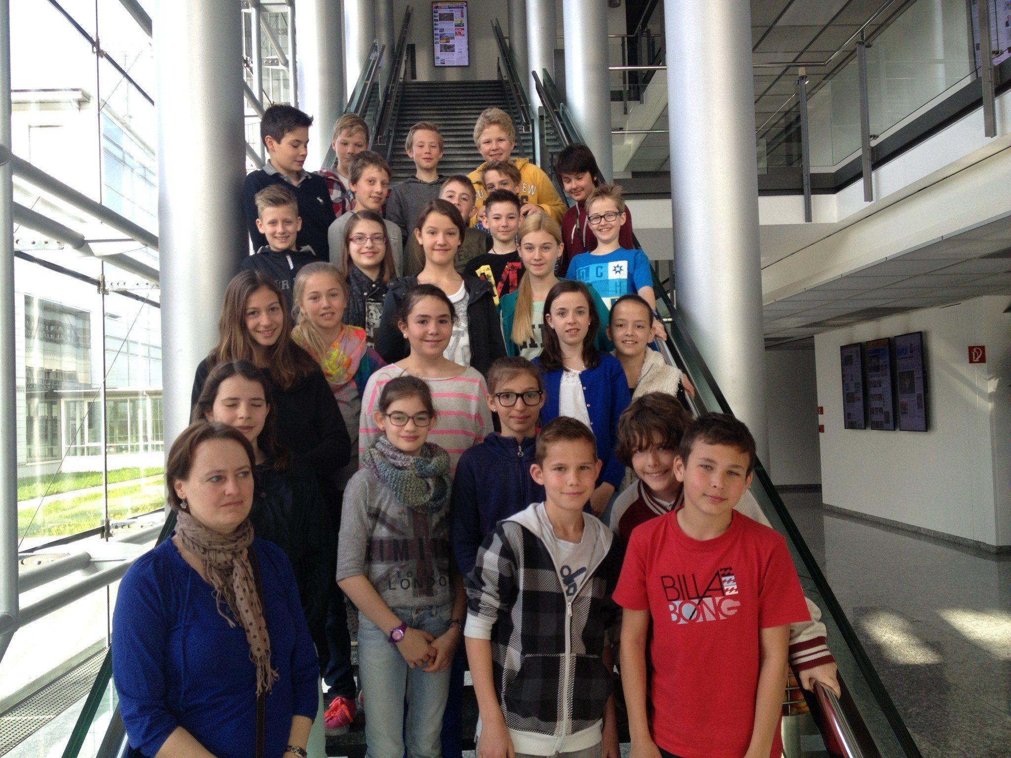 Die 2-B-Klasse des BG Feldkirch Rebberggasse mit ihrer Lehrerin bei der Exkursion im Medienhaus von Russmedia.