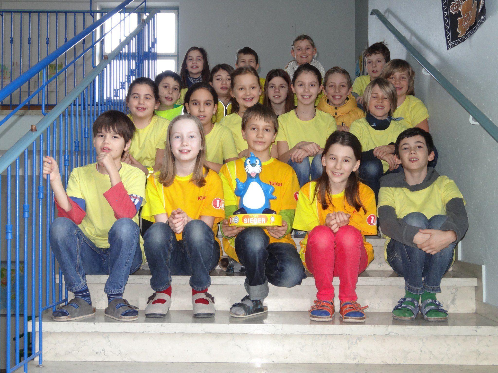 """Die drei """"1,2 oder 3"""" Kandidaten Hannah, Klara und Tobias mit ihren Klassenkameraden und Maskottchen """"Piet"""""""
