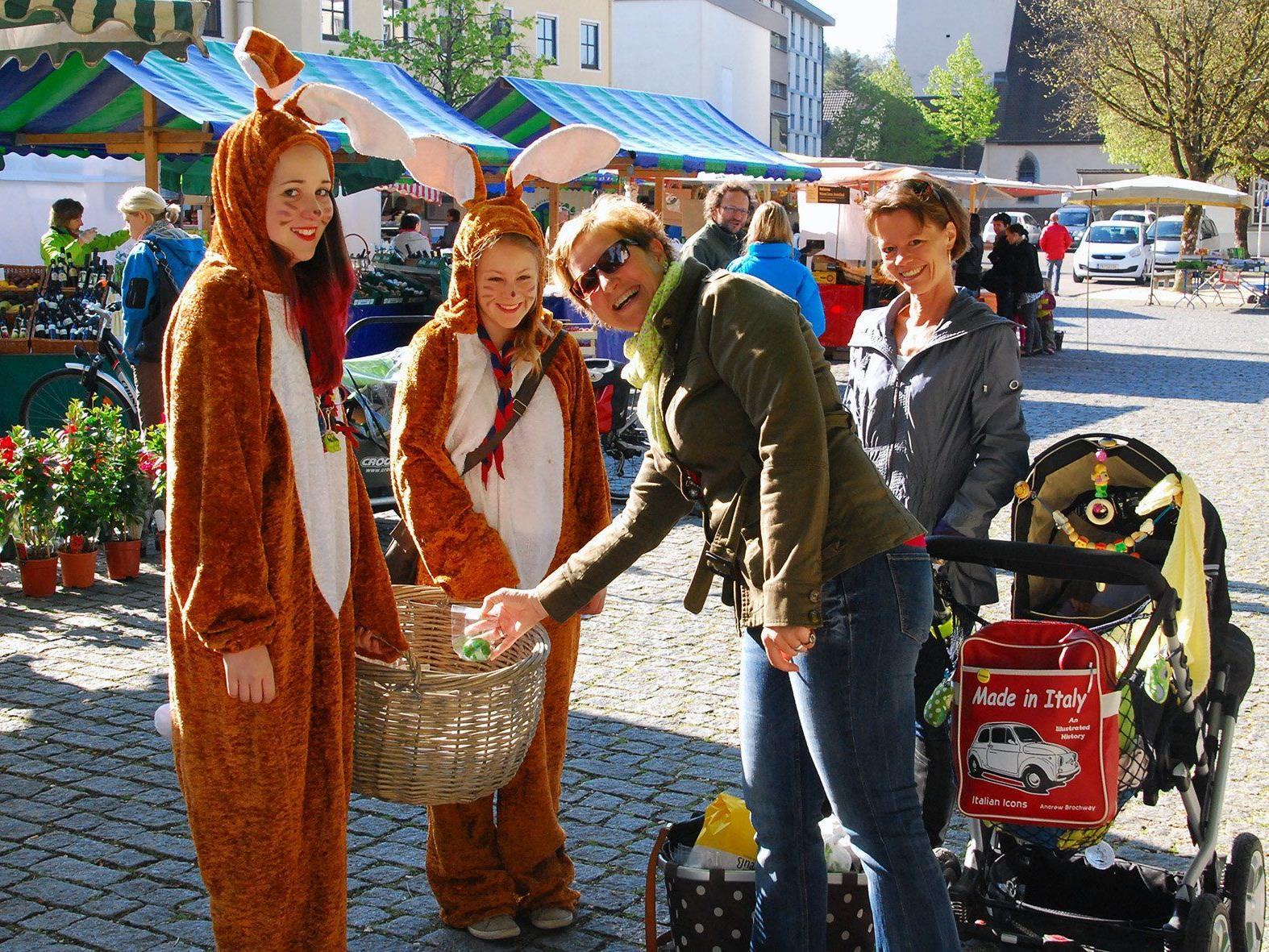Die Osterhasen Isabella (l.) und Sandra erfreuten die Marktbesucher mit einem Ostergruß.