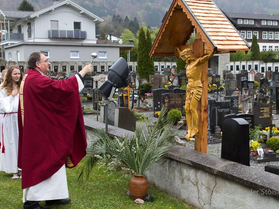 Pfarrer Tinkhauser weihte das restaurierte Friedhofskreuz ein.