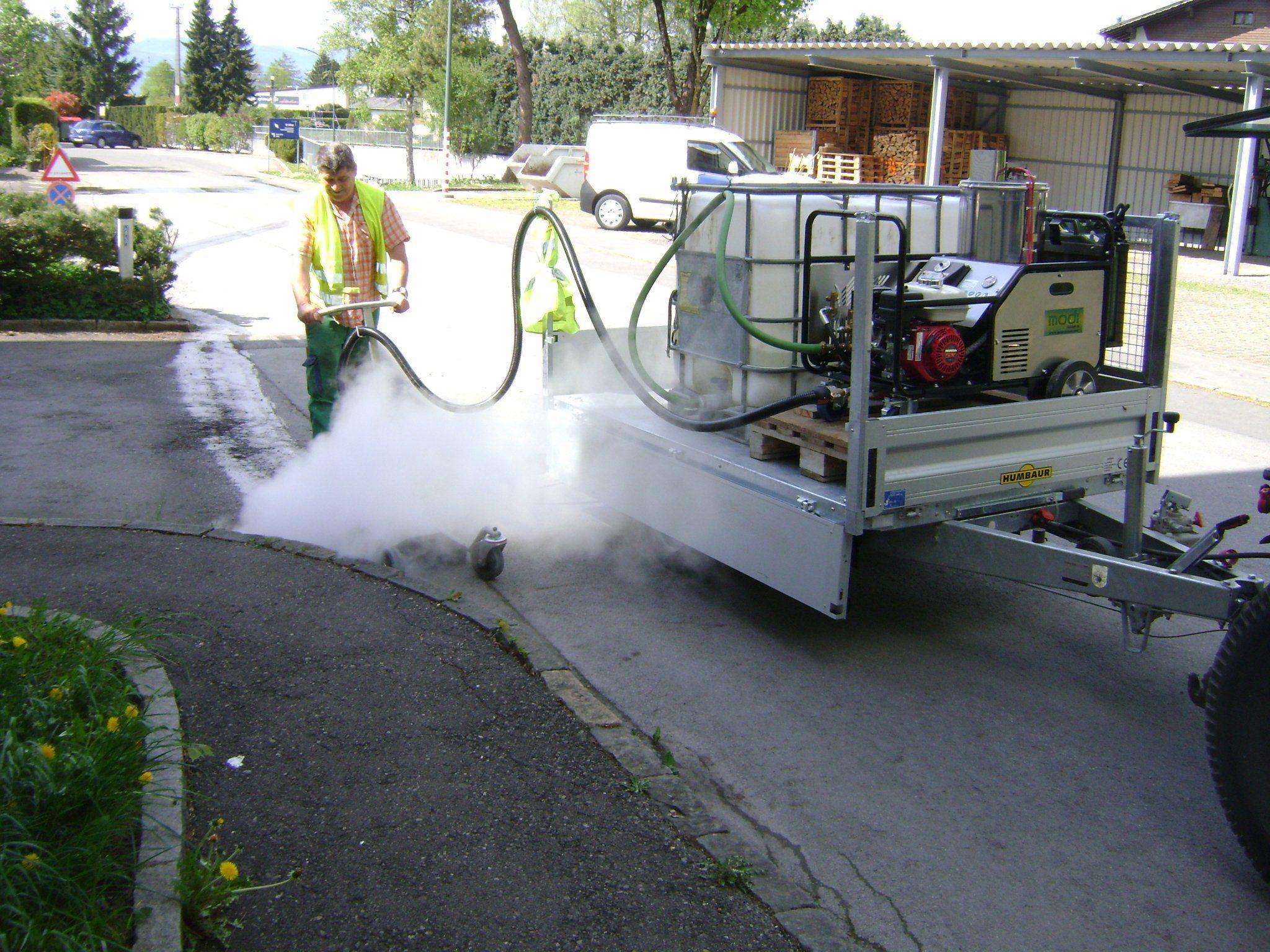 Mit einem Dampfgerät wird das Unkraut an Rankweils Straßenrändern entfernt.