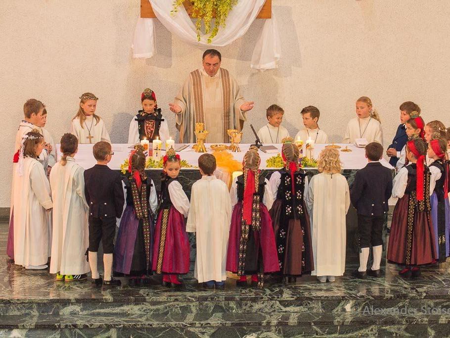 24 Kinder aus Vandans feierten am weißen Sonntag Erstkommunion in der Pfarrkirche.