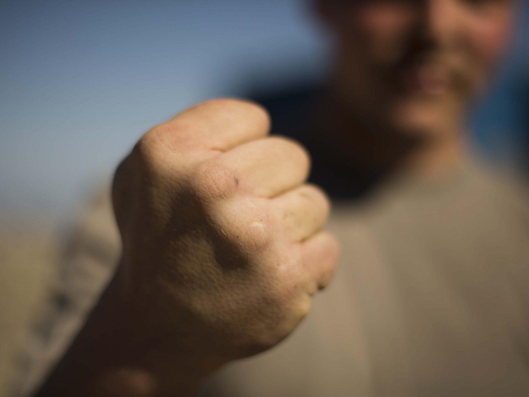 Der Ungar bewarf die 17-Jährige zuerst mit Münzen, dann schlug er zweimal zu.