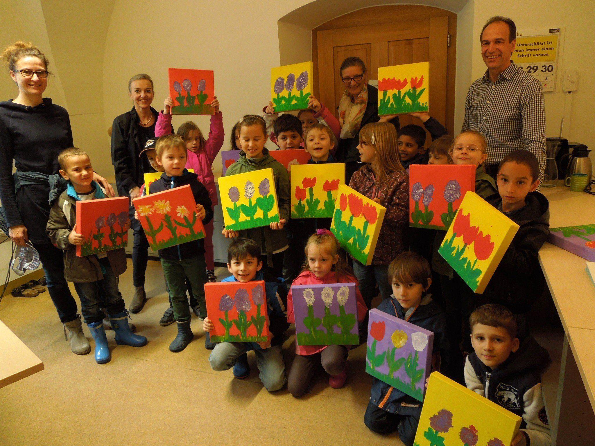 Stolz präsentierten die Schüler der 1 c VS Markt ihre tollen Werke für das neue Büro der Abteilung Familien, Kinder und Schulen.