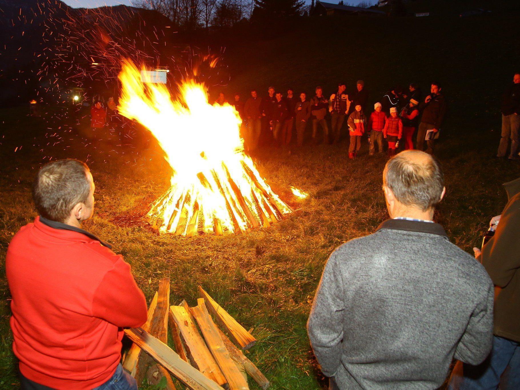 Mit einem Mahnfeuer machten Bergbauern am Ludescherberg auf ihre schlechte fi nanzielle Entlohnung aufmerksam.